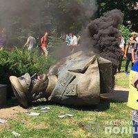 Döntik és állítják a szobrokat Ukrajnában