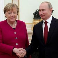 BEKIÁLTÁS: Putyintól kért segítséget Merkel