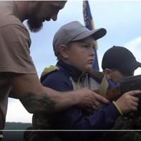 Ukrán gyerekek Kalasnyikovval