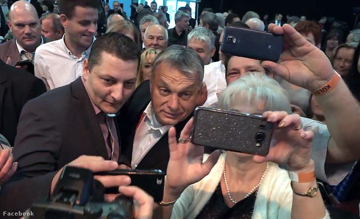 orban2017-10orbanszelfizokkozottfotominelnokihonlap.jpg