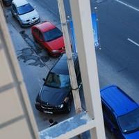 Nahát, egy BMW a járdán az Árpád úton!