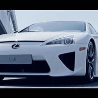 Tűzoltóautó és Lexus LFA. Kell több?