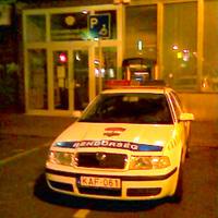Rendőrautó Győrben mozgássérült helyen parkol