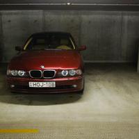 BMW-k parkolnak. Persze két helyen