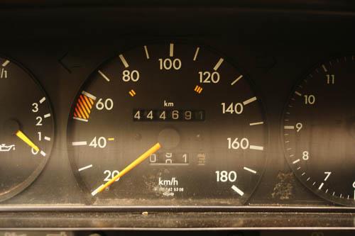 Mrs. Csikós Mercedes-Benz 190 D-jének kilométerszámlálója 444691 kilométert mutat