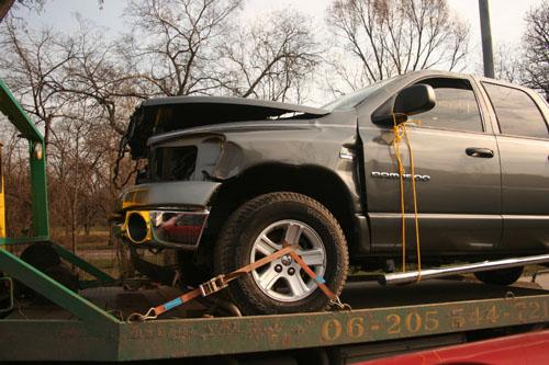 Frontálisan ütközött Dodge Ram