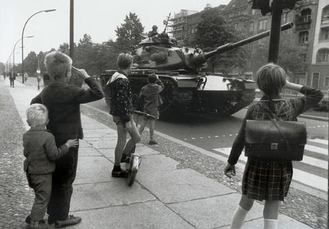 ami tank és gyerekek copy.jpg