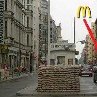 A kapitalizmus végső győzelme: McDonalds nyílik az egykori Checkpoint Charlie mellett