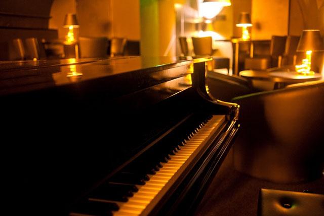 suttogo-piano-bar-photo-01.jpg