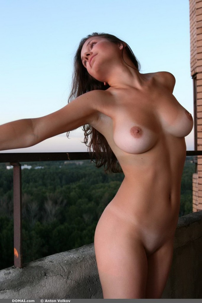 domai-vina-naked-on-the-balcony-07.jpg