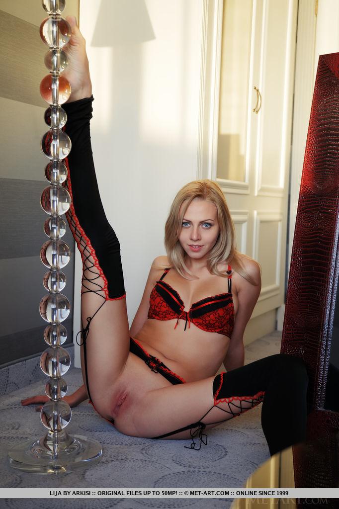 lijas-red-lingerie-will-take-your-breath-away-02.jpg