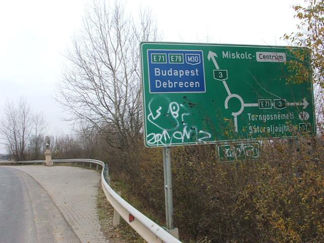 Egy kilométer csak a körforgó, a fő irányok itt látszanak. Az út kiszélesedik, a következő szobornak. Vele szemben meg egy kereszt áll.