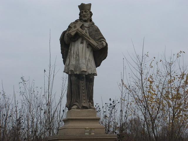 A településről kiindulva, Nepumuki Szent János engedett utunkra. Ez egy majd százéves szobor, felújítva, kibővítve. Olyan szép, mintha csipkés lenne a felső rajta. NAgyon megnyugtató volt elhaladni előtte. Éreztem a védelmét. Vele szemben egy feszület adta áldását.