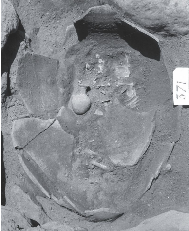 Temetkezési korsó egy 6-10 hónapos csecsemő maradványaival. <br />Az elhunytat jobb oldalára helyezték, fejjel a korsó szája felé. <br />Tel Dan, Kr. e. 1600 körül (középső bronzkor).