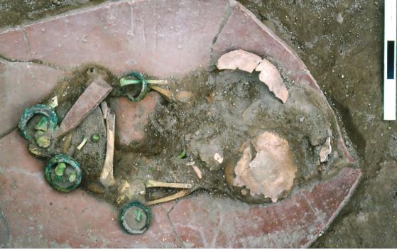 Egy kisgyermek díszes bronz kar- és bokakötői egy vaskori temetkezési korsóban. Lelőhely:Tell es-Sa'idiyeh (a mai Jordániában).