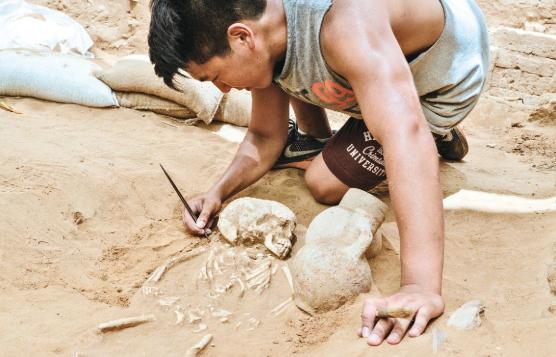 Filiszteus gyermeksír a vaskor második időszakából (Kr. e. 10-9. sz.), Askelónból. A csontváz mellé korsót és agyagedényt is helyeztek.