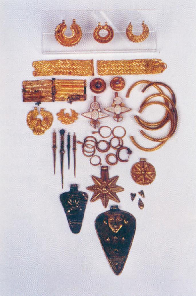 Arany ékszerek Tell el-'Ajjulból (késői bronzkor I.): köztük Asera istennő amulettjei.