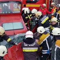 Járműbe szorult sérült Csákvárnál - Balesetekkel kezdődött a hét