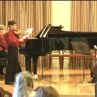 Vida-Kun Áron (zongora), Vida-Kun Dávid (hegedű) és Vida-Kun Gábor (gordonka) trió játszik