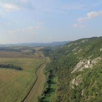 A barki sziklák, háttérben a Gerecse vonulatai - Fotó: Akli Bence