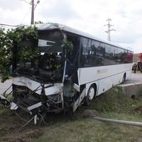 Heten megsérültek egy buszbalesetben Csákváron