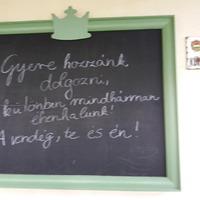 Korhű felirat a bicskei Pizzafaló teraszán