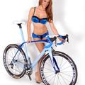 Playboy modell kínálja a karbon bringákat