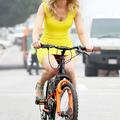 Elizabeth Banks miniben bringázik
