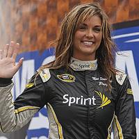 Kirugták a NASCAR lányt a meztelen fotók miatt!