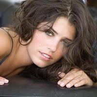 Gyönyörű nő az aszfaltcsík mellől