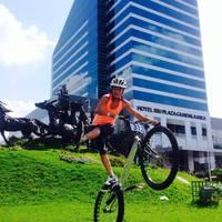 Monica biciklivel megy a felhőkarcolók tetjére
