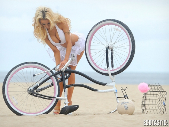 courtney-stodden-beach-bike-volleyball-03-580x435.jpg