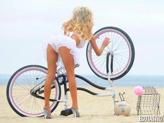 courtney-stodden-beach-bike-volleyball-05-580x435.jpg