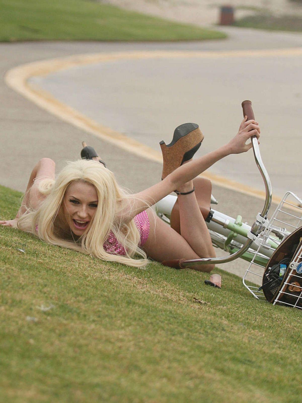 ourtney-stodden-falls-off-her-bike-in-los-angeles_11.jpg