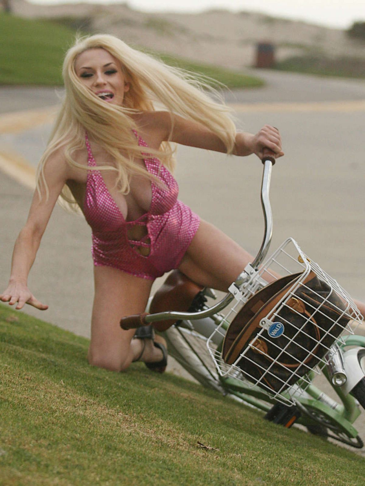 ourtney-stodden-falls-off-her-bike-in-los-angeles_13.jpg