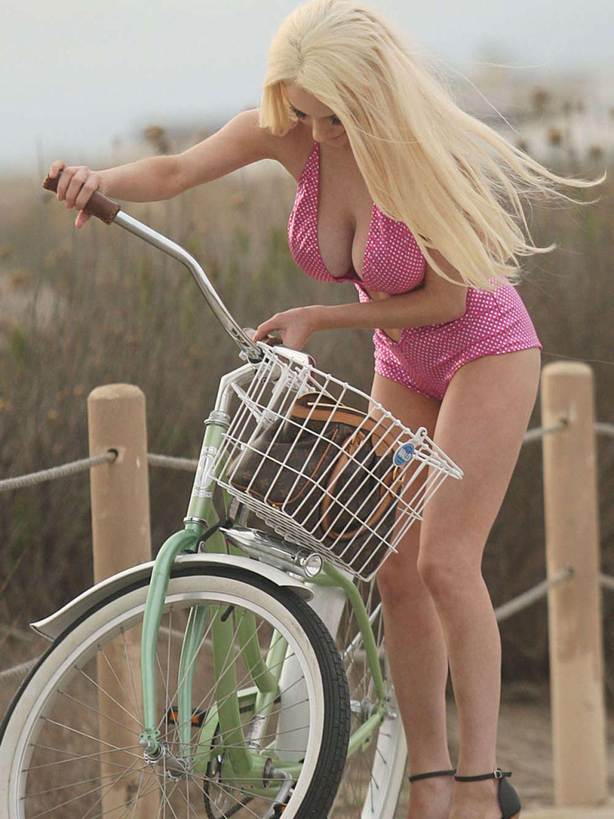 ourtney-stodden-falls-off-her-bike-in-los-angeles_6.jpg