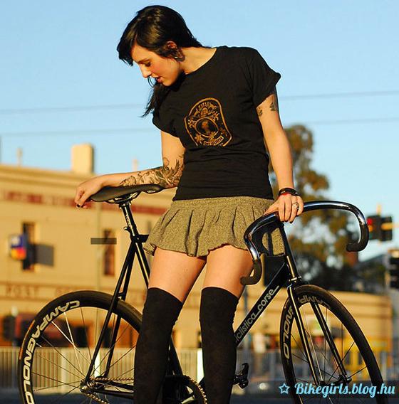 Tetovált bringás lány