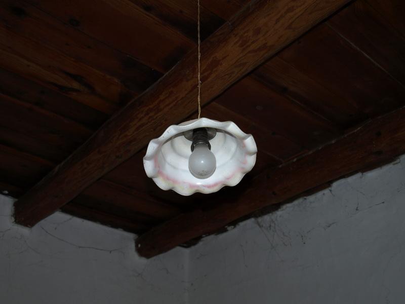 Parasztgerendás födém régimódi üvegbúrás lámpával