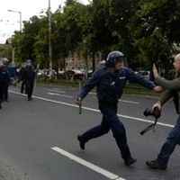 Fegyvernek látszó mobilért leteperte a rendőr