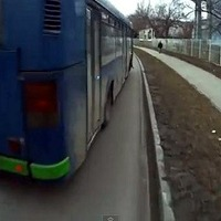 Épp hogy kikerülte a biciklist a busz - videó