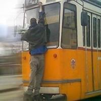 Az ütközőn állva, az ablaktörlőbe kapaszkodva utazott