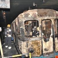 Teljesen kiégett egy metrókocsi a délutáni tűzben