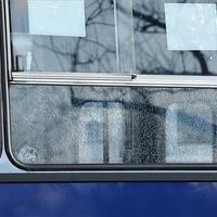 Az utasok közt landolt a busz ablaka