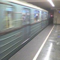 Kisiklott a 2-es metró a Deák térnél