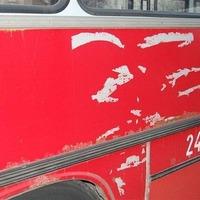 Festékkel együtt szaggatják le a hirdetéseket a BKV-buszok oldalairól