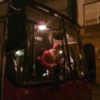 Szaloncukrot osztogatott a Mikulásnak öltözött buszvezető