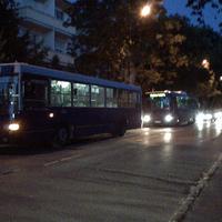 Feltartják a forgalmat a várakozó buszok