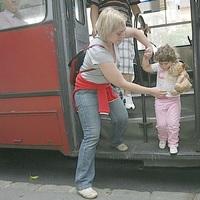 Odacsukta a kislány fejét a troli ajtaja