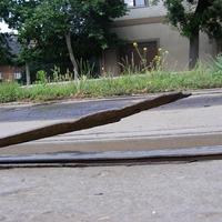 Felnyársalta egy gyalogos lábát a sínből kiálló rozsdás vasdarab a Török Flóris utcában