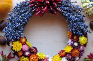 Őszi koszorú paprikával és száraz virágokkal